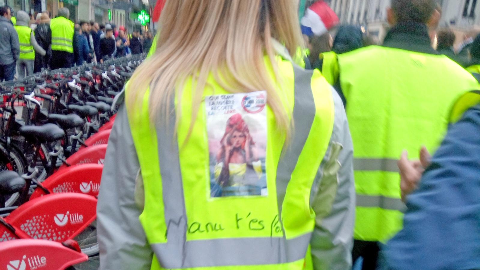 De gule vestene og andre protesterer i mot avgiftsøkninger. Den som sår elendighet, vil høste vrede! Vi lar oss ikke melke mer! Foto fra Wikipedia. Bildet er fra byen Lille i 2018.