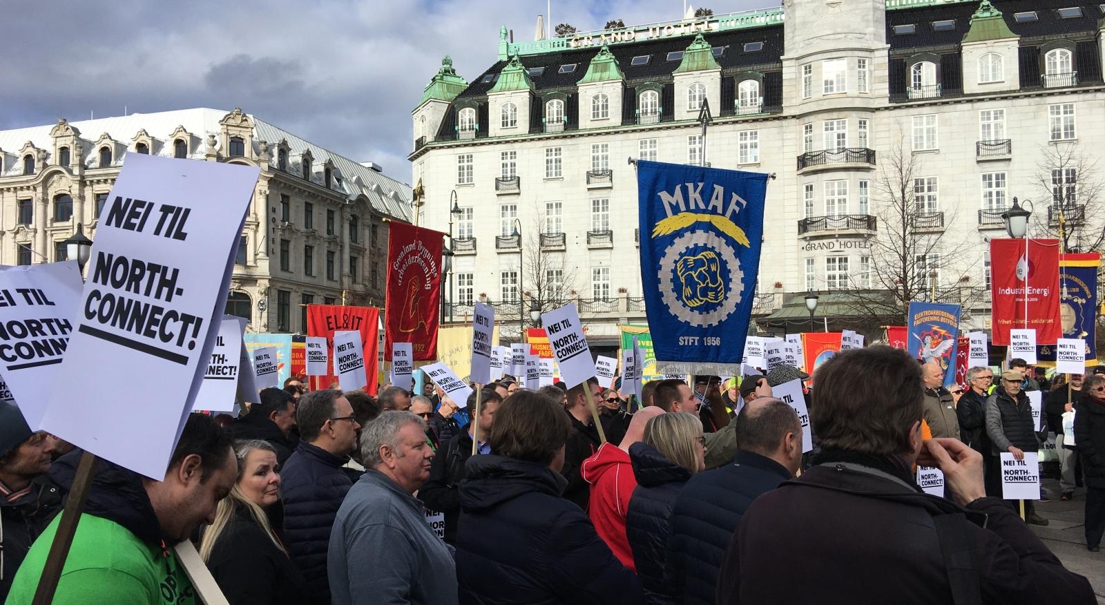 50 fagforeningsfaner og hundrevis av tillitsvalgte med klar beskjed foran Stortinget 9. mars: Ingen konsesjon til Skottlandskabelen!