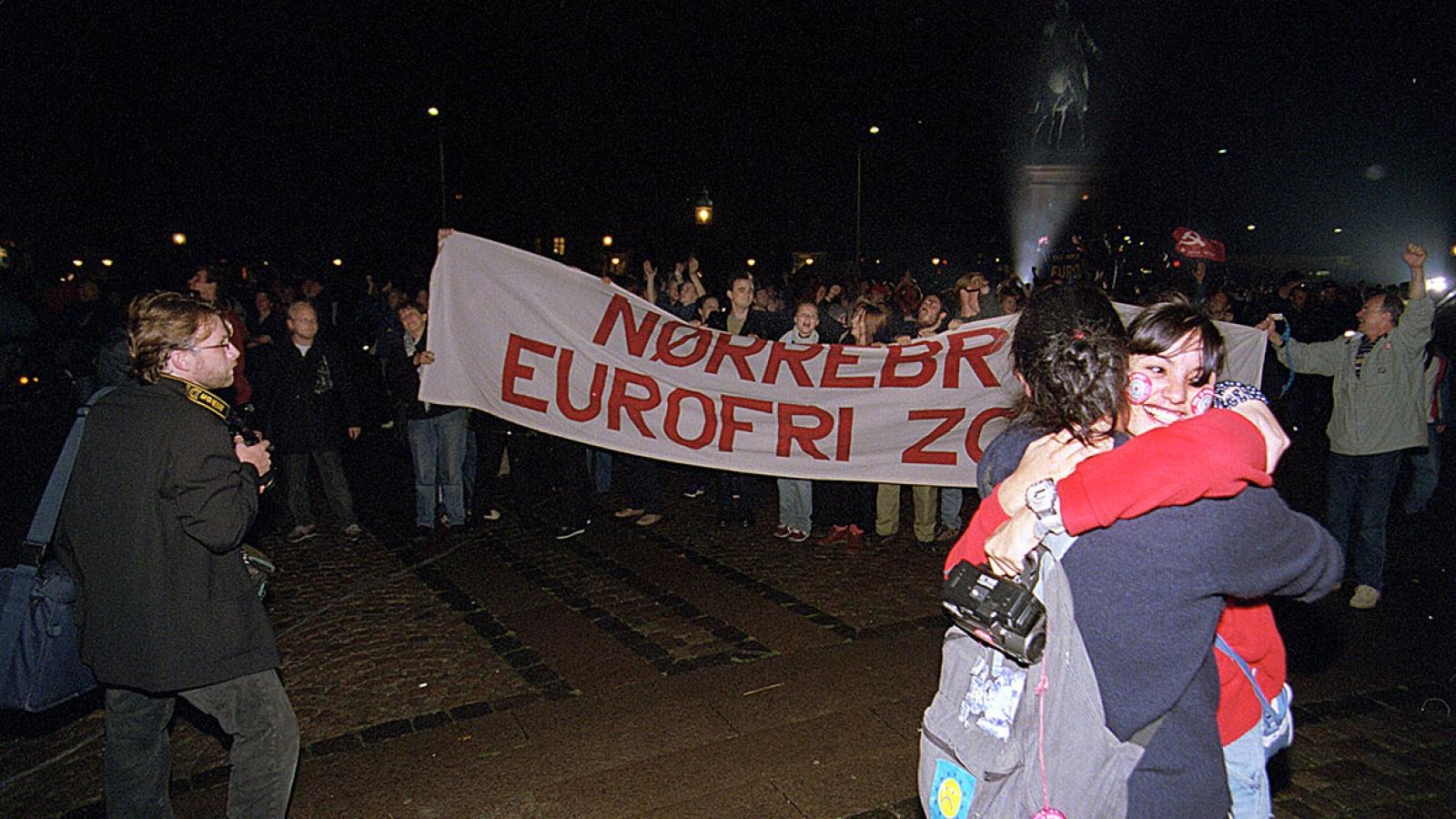 Da opptellingen 28. september 2000 viste flertall mot dansk tilslutning til euroen samlet ungdommer seg og feiret utenfor Folketinget.