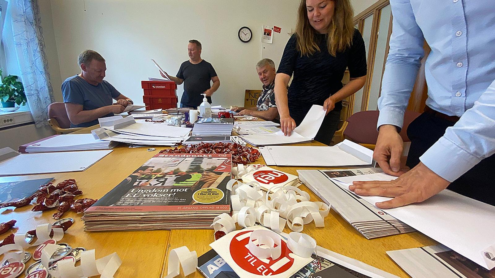 Marte Gjestvang Olimb og resten av staben pakkar 600 velkomstpakkar til nye medlemer.