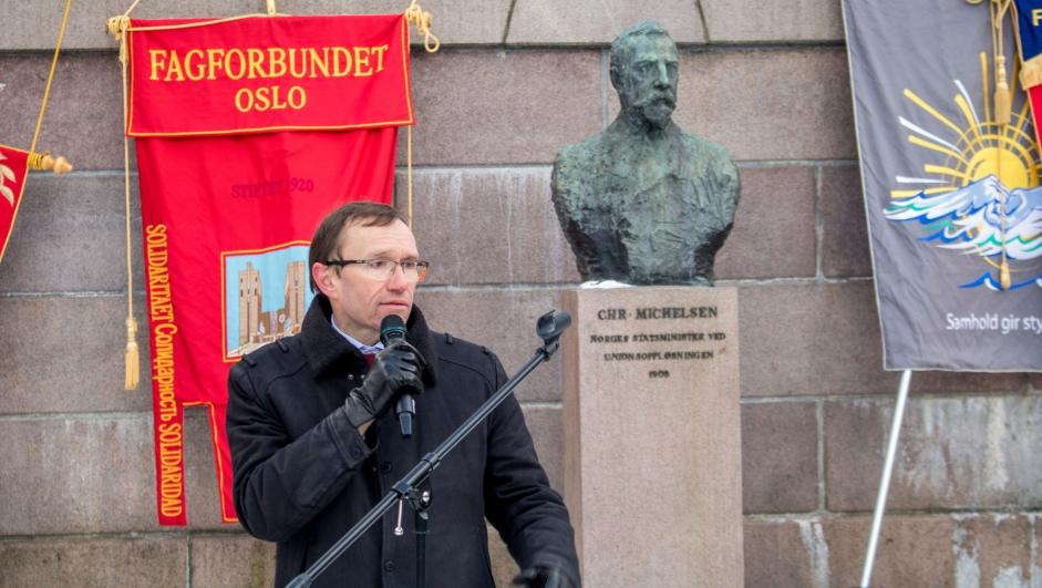 Espen Barth Eide holder appell ved markering mot ACER foran Stortinget 27. februar 2018.  CC BY-NC-SA Nei til EU   Eivind Formoe