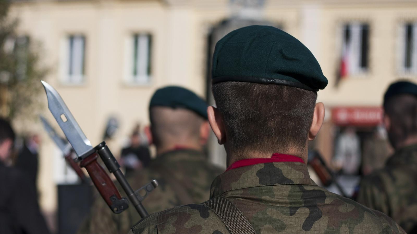 Soldater på marsj med bajonetten på.