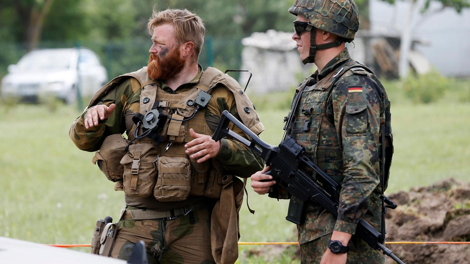 14 milliarder til forsvarsfond. EU utvider militærsamarbeidet, delvis til erstatning for Nato. Norge er tilsluttet EUs militærsamarbeid, også gjennom bidrag til EUs kampgrupper. Her står en soldat fra Telemark bataljon sammen med en tysk soldat under NATO-operasjonen Enhanced Forward Presence i Litauen 2017.
