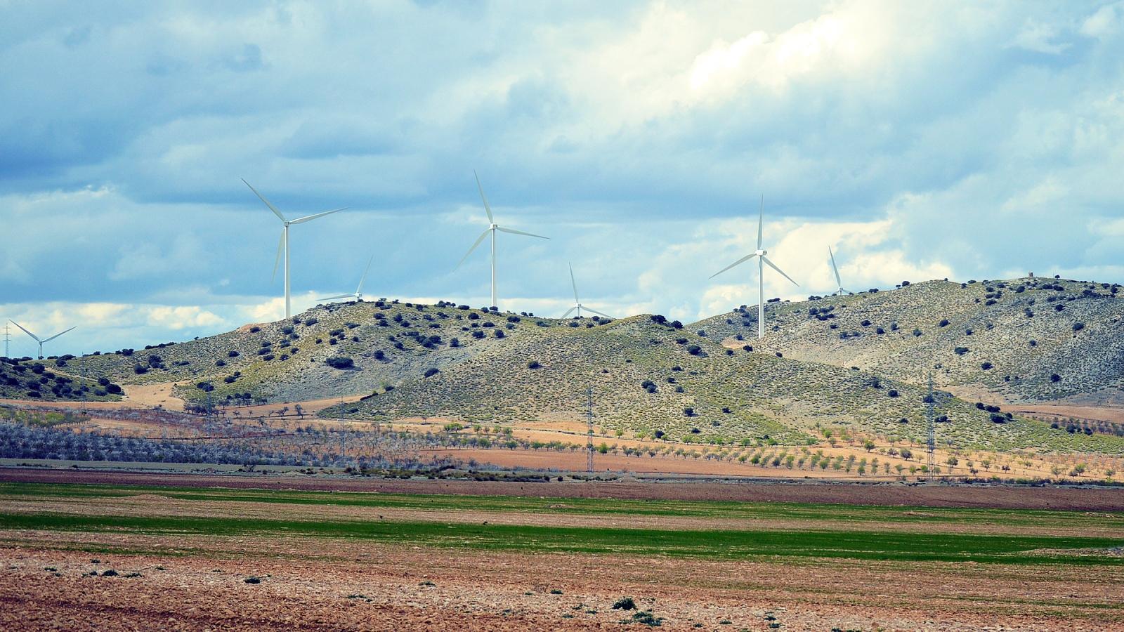 Spania satser tungt på vindparker for å minske avhengigheten av kull og olje, som her i Andalucia. Foto: Q K, Pixabay.