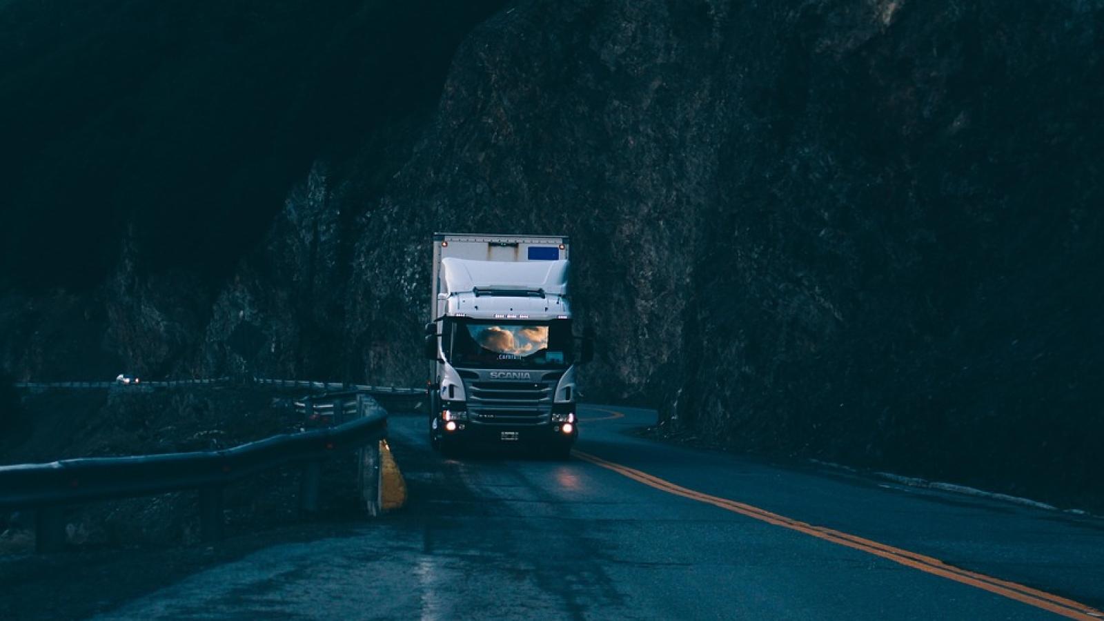 Det foregår mye farlig transport på smale, norske veier. En økende del er lovlig og ulovlig kabotasje.
