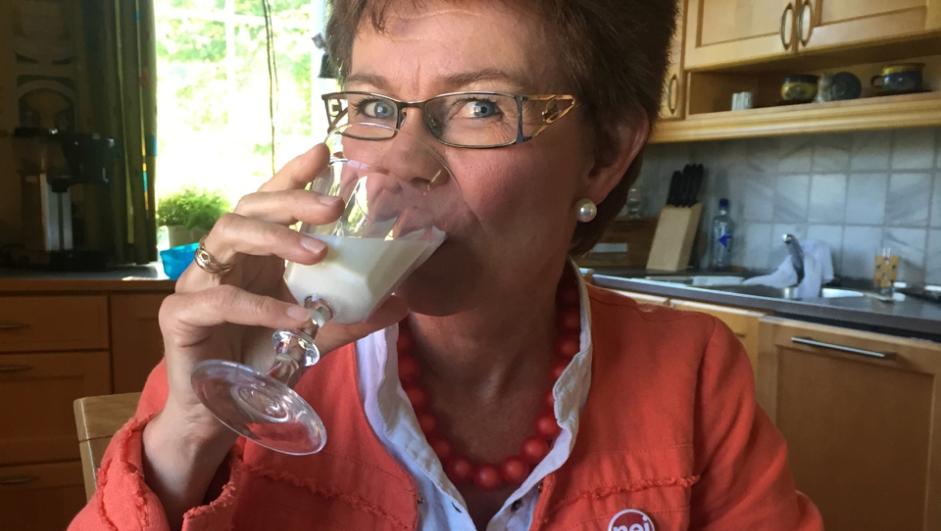 Nei til EU-leder Kathrine Kleveland drikker et glass melk og gratulerer Verdens matvareprogram med fredsprisen.