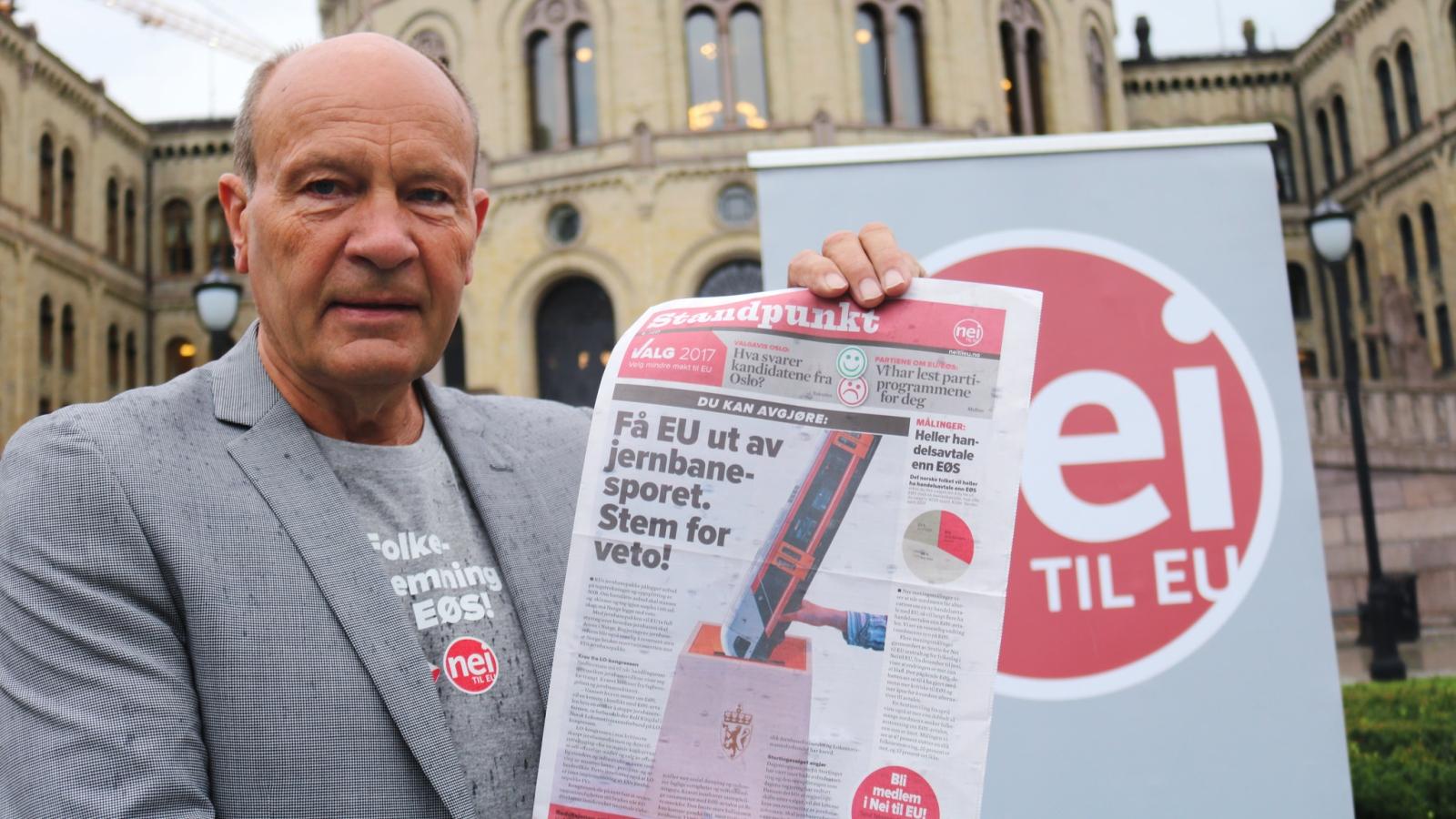 Olaf Gjedrem foran Stortinget. Bildet er fra 2017.
