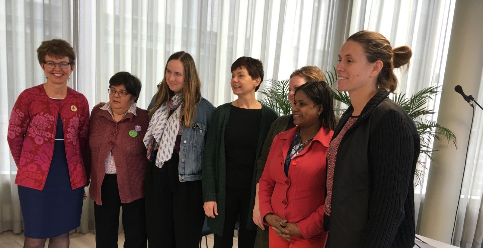 Innledere og deltakere på kvinnekonferansen. Fra venstre: Kathrine Kleveland, leder i Nei til EU; Ana Azaria, leder av franske Femmes Égalité, Reidun Heggen Berntsen, leder av Ungdom mot EU; Margaret Eide Hillestad, leder av kvinneutvalget i Nei til EU; Cathrine Pedersen, Kvinder i Kamp, Danmark; Carmen Freire; Katia Steinhart fra Femmes Égalité.