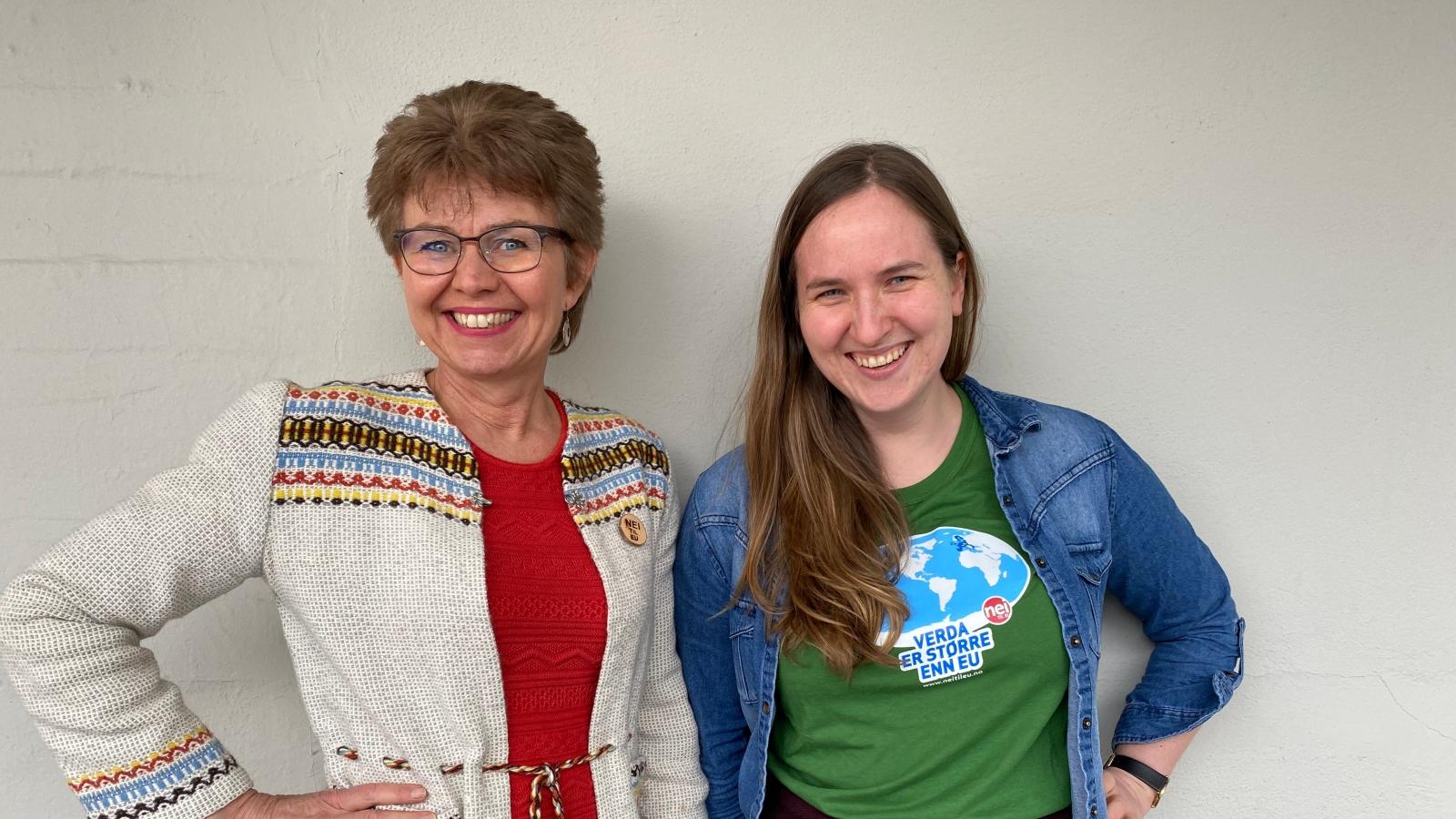 Kathrine Kleveland, leder i Nei til EU i sin mormors hjemmevevde jakke og Reidun B Heggen, med T-skjorta Verden er større enn EU.