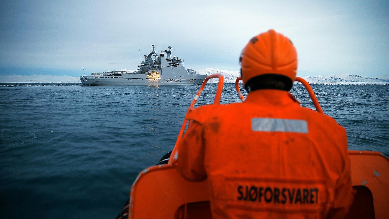 KV Svalbard inspiserer fiskefartøy.