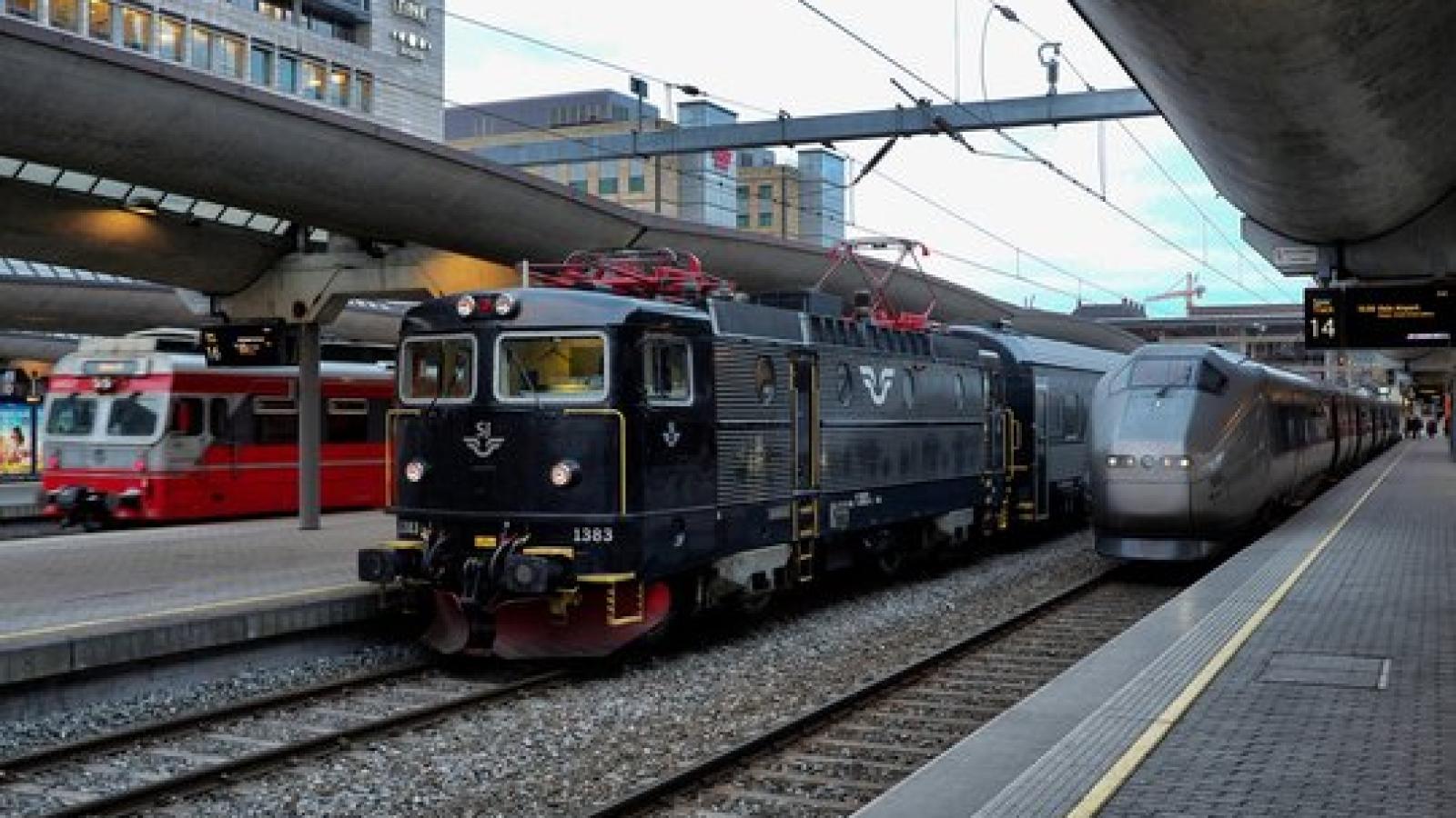 Det kan bli mange utenlandske aktører som kjemper om persontrafikken på norske skinner dersom ikke jernbanepakke IV blir stanset med et veto. Her et SJ-tog på Oslo S. © Norsk Lokomotivmannsforbund / Rolf Støen.