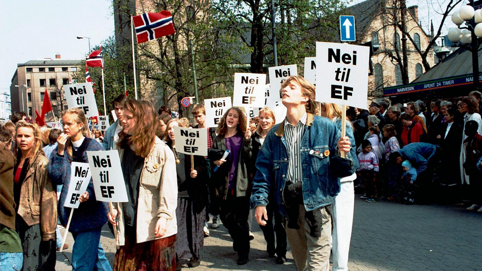 Ungdommen må stemme nei for at det skal bli flertall mot EU i en ny folkeavstemning, som i 1994. Bildet viser Ungdom mot EU i 1. mai-toget i Oslo i 1993.