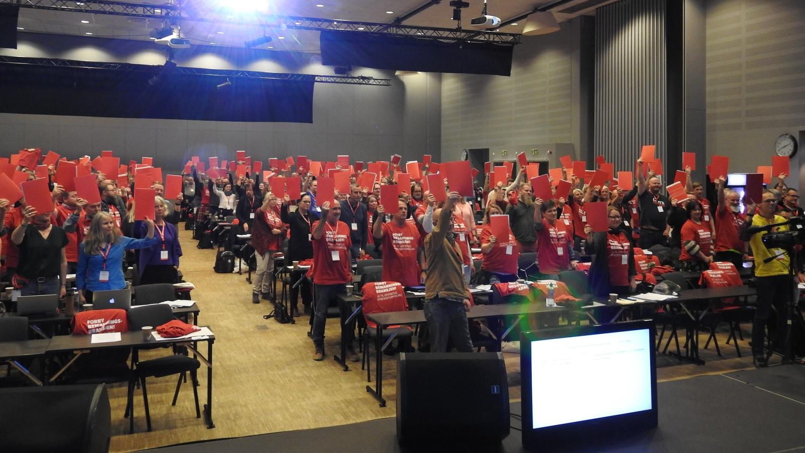Deltakerne på Trondheimskonferansen tok på t-skjorter med budskapet «Forby Bemanningsbransjen – ja til offentlig arbeidsformidling».