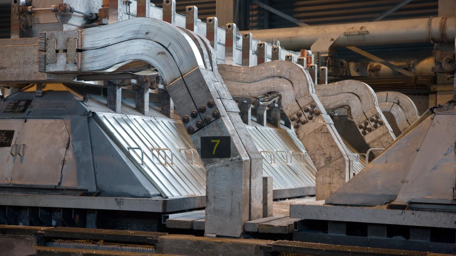 Gjennom påkoblingen til EUs energiunion står norsk kraftforedlende industri i fare for å miste gunstig strømpris som fordel, i konkurransen med selskaper i land som India, Kina, USA og Brasil. Bildet viser elektrolyseceller ved Hydro Høyanger. (Foto: Norsk Hydro.)