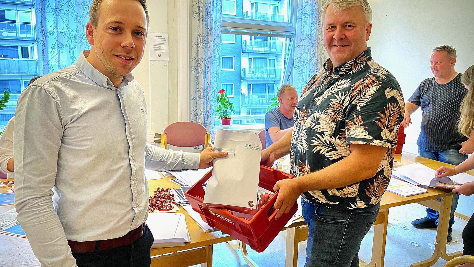 Dugnad i staben for å pakke velkomstpakker til de nye medlemmene. I front Thomas Haug og verveansvarlig Karl-Sverre Holdal.