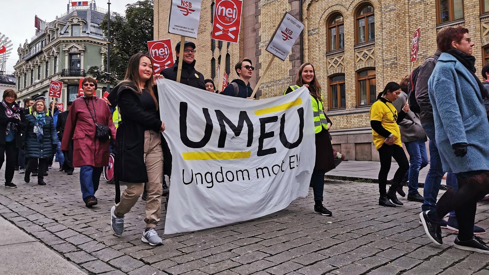 Nei til EU og Ungdom mot EU i demonstrasjon mot EUs fjerde jernbanepakke.